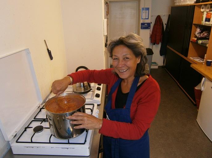 Trudy maakt in het inloophuis de soep gereed