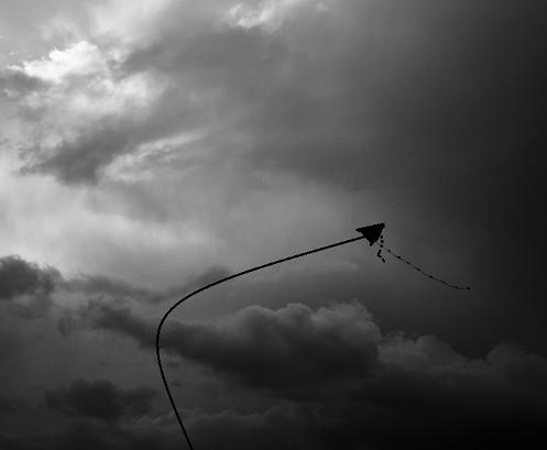 De vlieger van het geloof houdt vast in de storm
