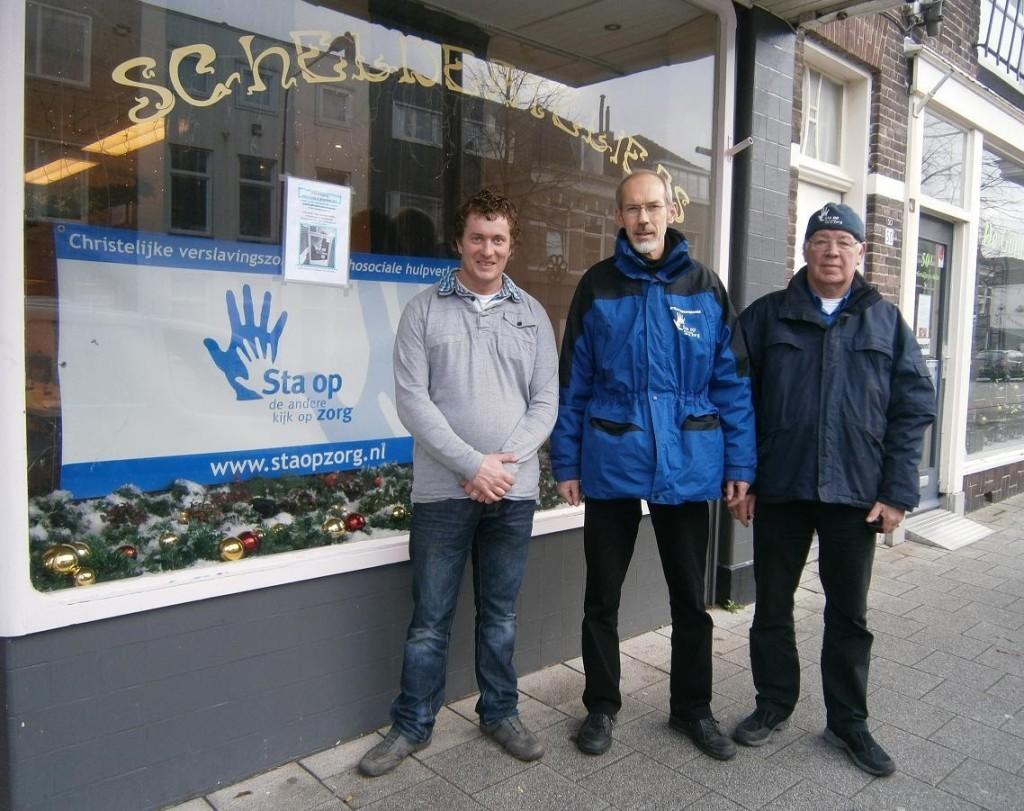 Als straathoekwerkers staan Huib en Jan met Maarten samen voor ons eerste inloophuis in de Scheldestraat.