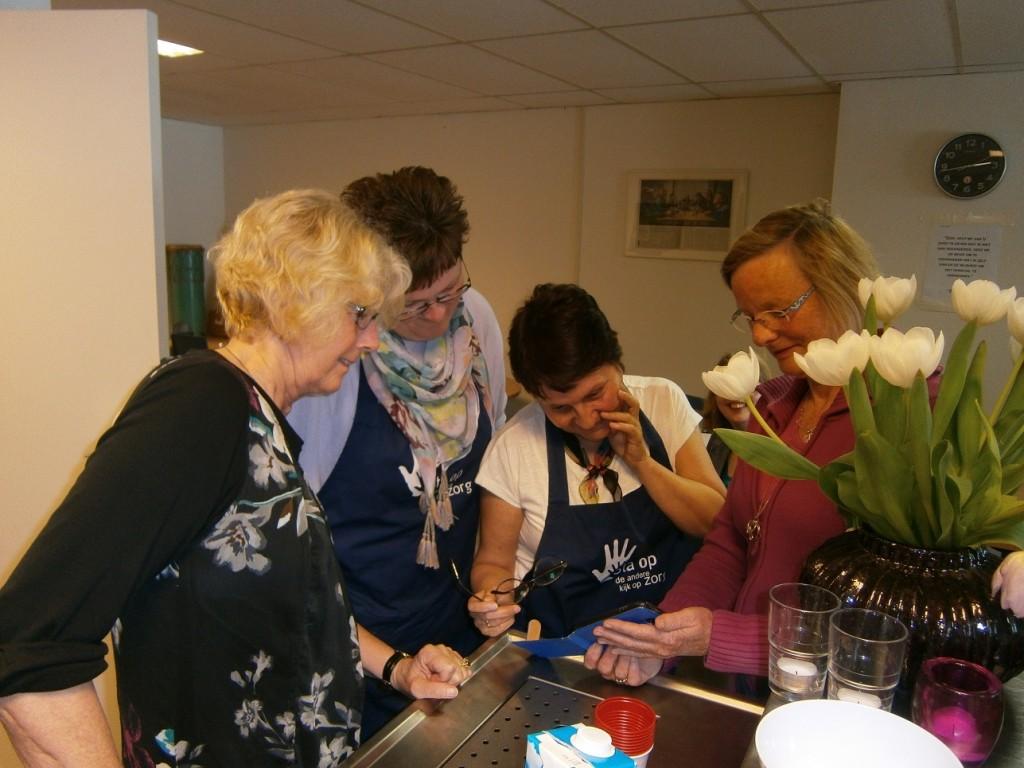 Benthe en Huib zijn ook samen nog actief in het inloophuis, samen met  andere enthousiaste vrijwilligers.