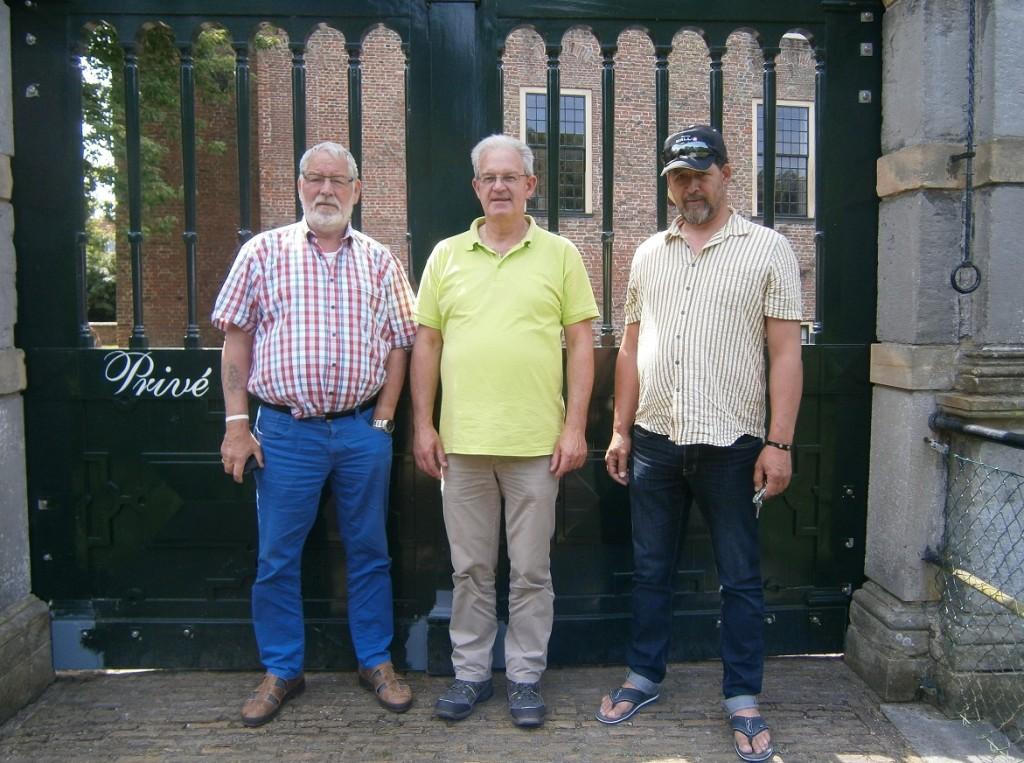 Huib, Cassie en Erwin als ervaringsdeskundigen Sta Op Zorg en inloophuis na de voorlichting tijdens een kamp van een jeugdvereniging te Burgh-Haamstede in 2016.
