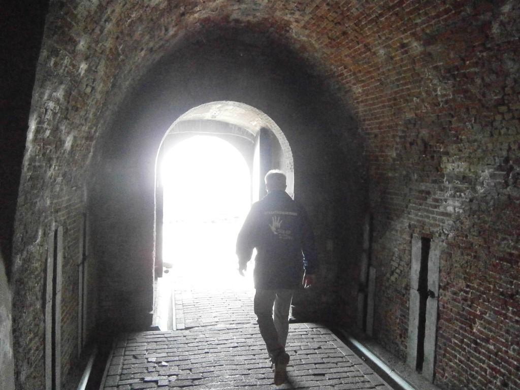 Hij verkeerde in de duistere tunnel van verslaving, op zoek naar verlichting.