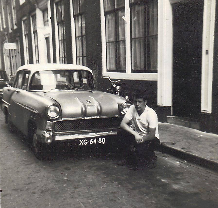 Huib Cornelisse in 1967 bij zijn auto